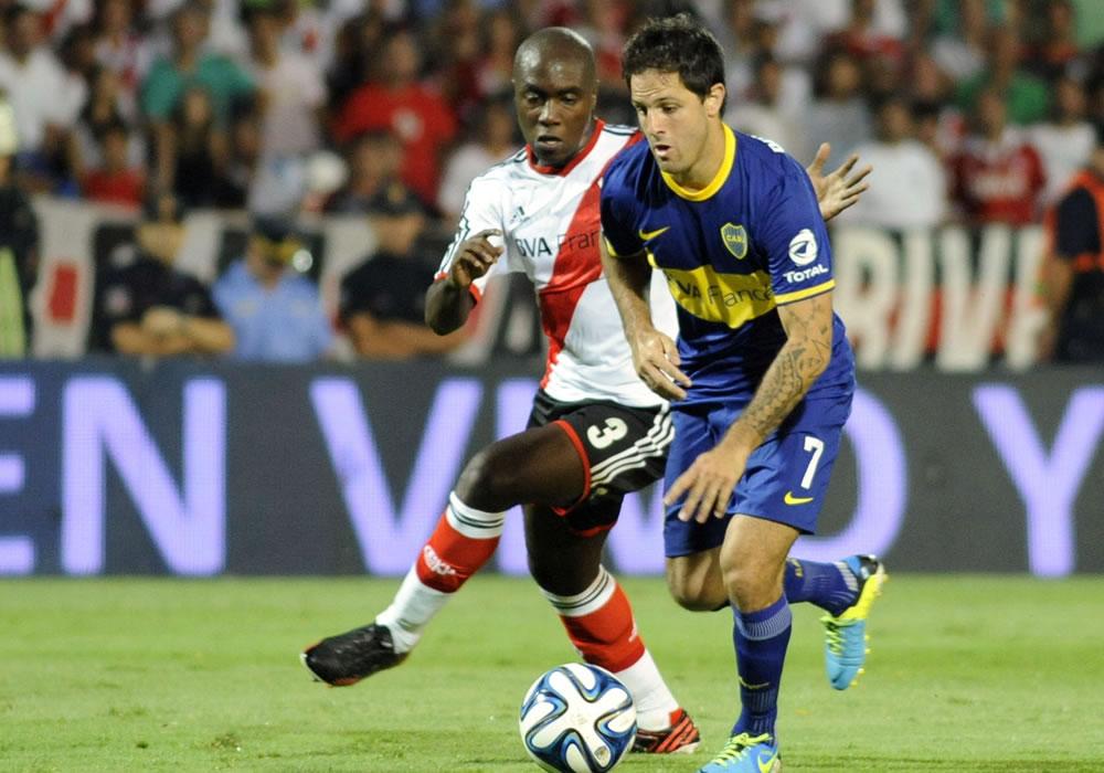 El colombiano de River Plate Eder Álvarez Balanta (i) disputa el balón con el jugador Juan Manuel Martínez de Boca Juniors. EFE