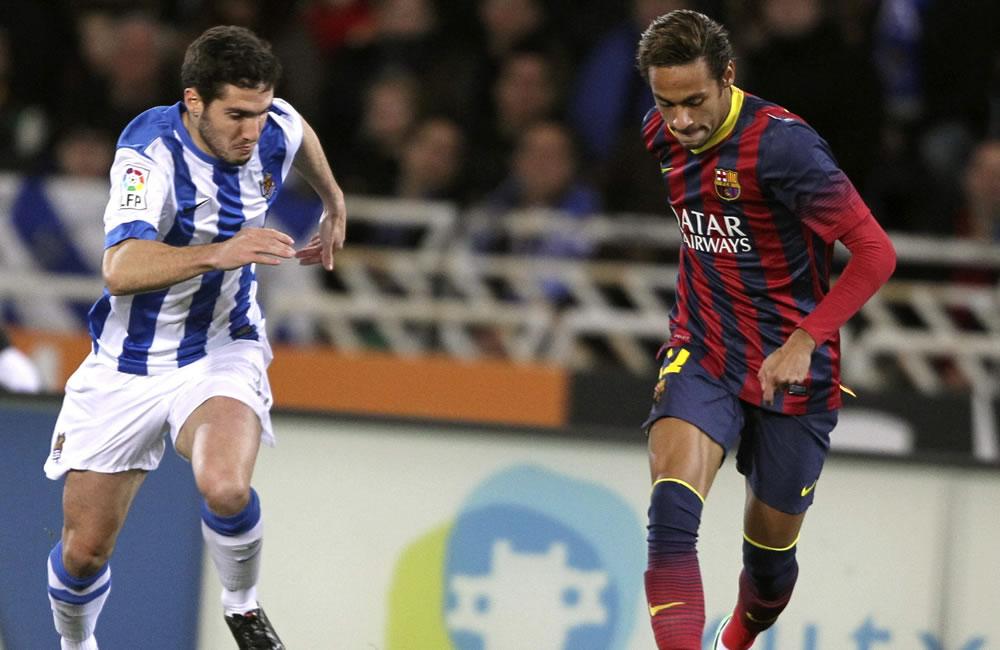 El jugador de la Real Sociedad Zaldua (i) lucha un balón con el brasileño Neymar, del FC Barcelona. Foto: EFE