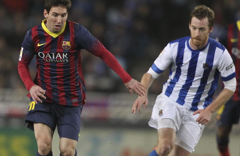 El delantero argentino del FC Barcelona Leo Messi (i) trat de escapar de Zaldua, de la Real Sociedad. Foto: EFE
