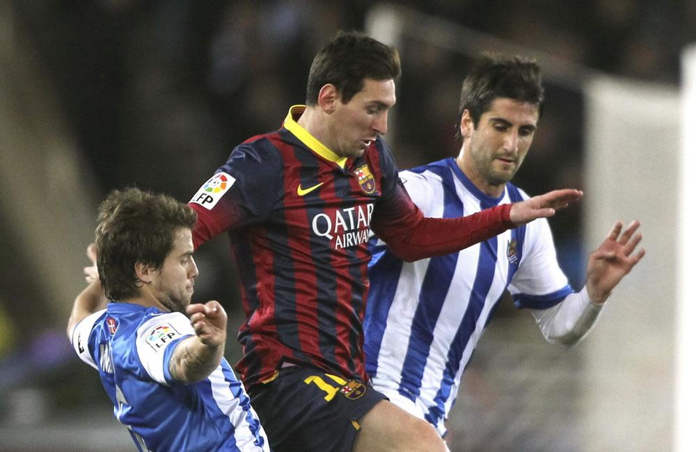 El delantero argentino del FC Barcelona Leo Messi (c) trata de escapar entre Iñigo Martínez y Bergara (d), de la Real Sociedad. Foto: EFE