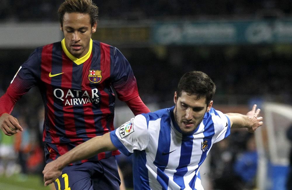 El jugador de la Real Sociedad Jose Ángel (d) lucha un balón con el brasileño Neymar, del FC Barcelona. Foto: EFE