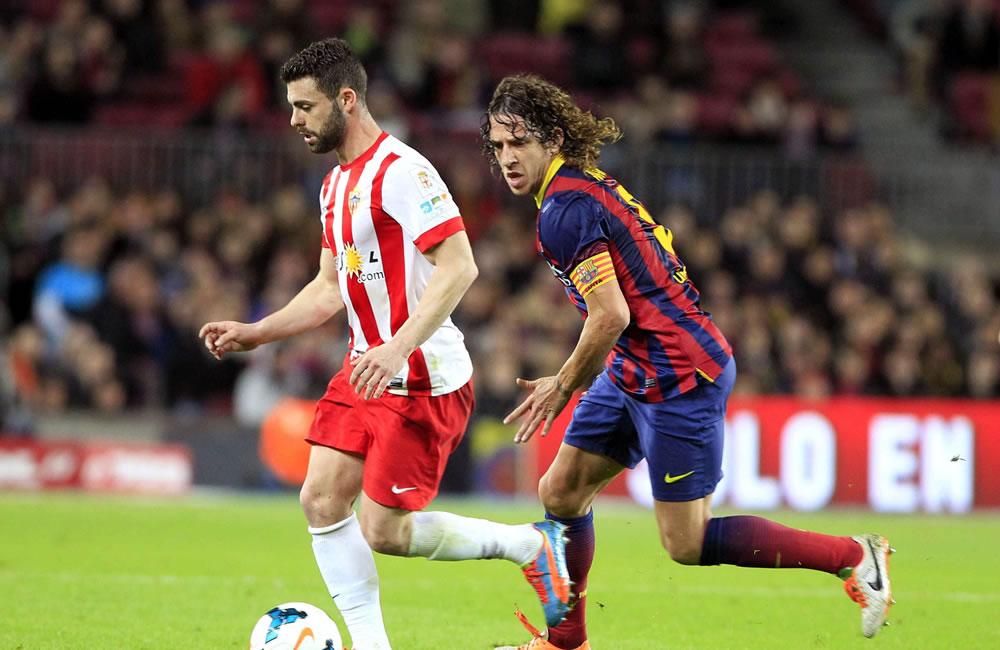 El delantero del Almeria, Rodri (i), conduce el balón ante el defensa del F. C. Barcelona. Foto: EFE