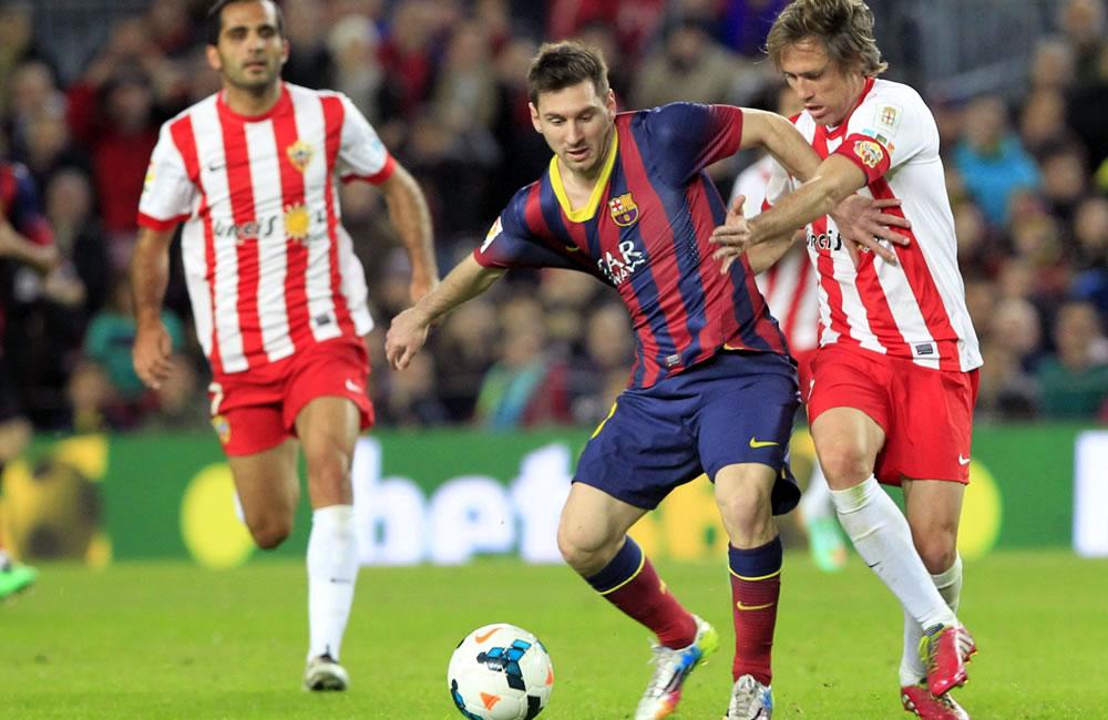El delantero argentino del F. C. Barcelona, Leo Messi (2d), intenta llevarse el balón. Foto: EFE