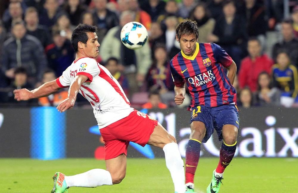 El delantero brasileño del F. C. Barcelona, Neymar (d), disputa un balón. Foto: EFE