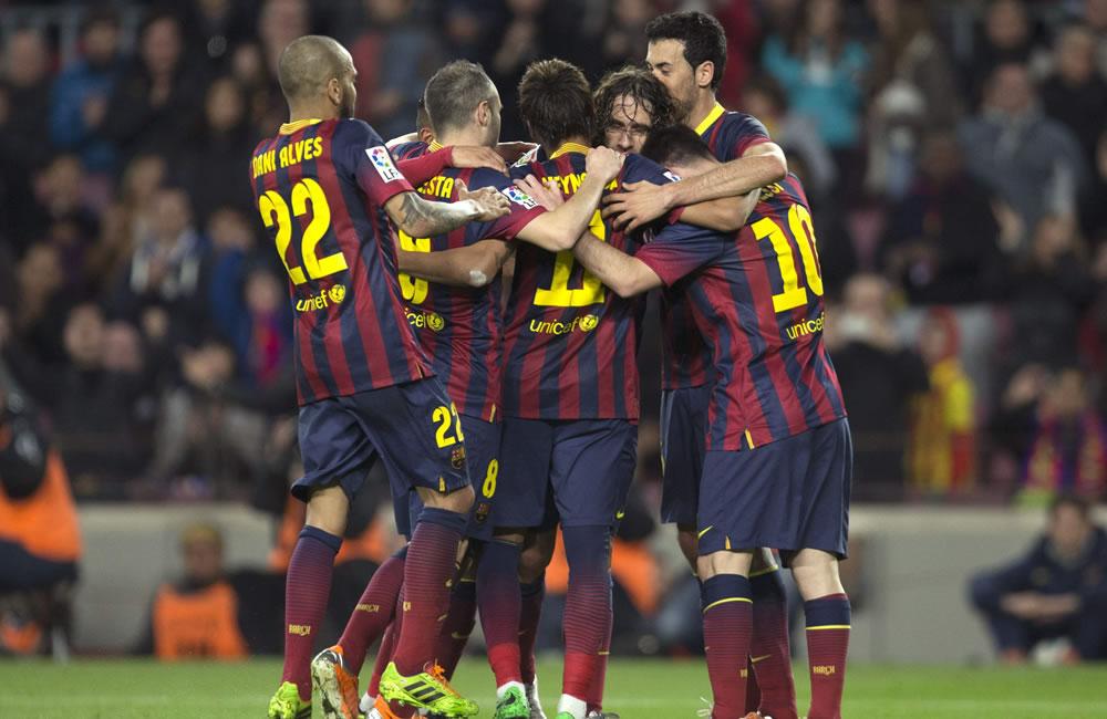 Los jugadores del F. C. Barcelona, celebran el tercer gol del equipo. Foto: EFE