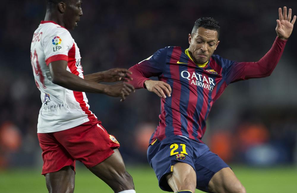El defensa brasileño F. C. Barcelona, Adriano (d), disputa un balón. Foto: EFE