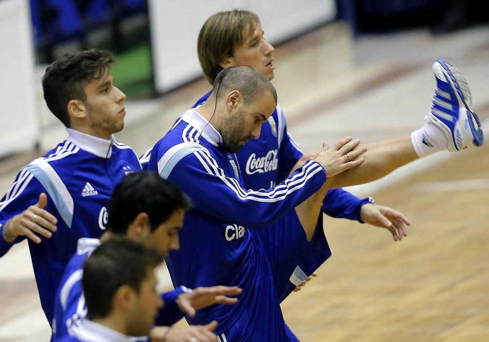 El delantero de la selección argentina de fútbol, Rodrigo Palacio (d) durante el entrenamiento del equipo en el pabellón deportivo de Polivalenta de Bucarest, Rumanía. Foto: EFE