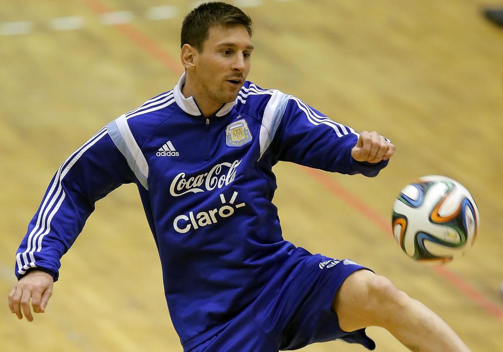 El delantero de la selección argentina de fútbol, Lionel Messi durante el entrenamiento del equipo en el pabellón deportivo de Polivalenta de Bucarest, Rumanía. Foto: EFE