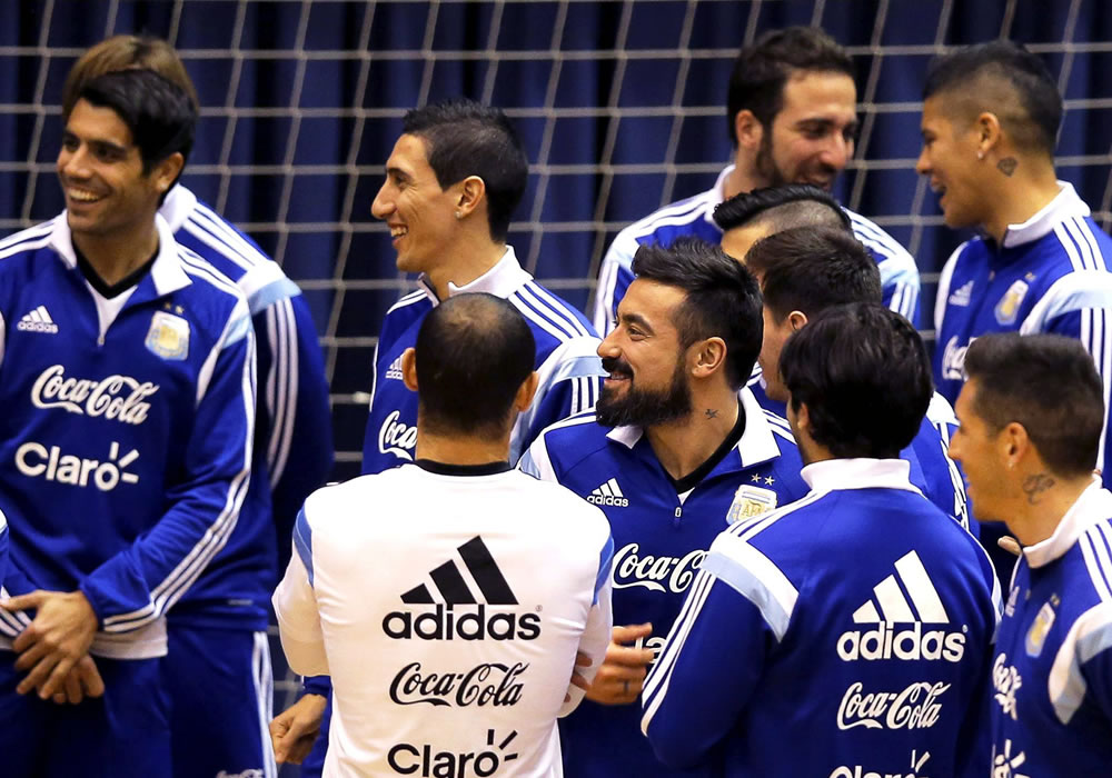 Los jugadores de la selección argentina de fútbol, Ángel di María (c-i) y Ezequiel Lavezzi (c-d) durante el entrenamiento del equipo en el pabellón deportivo de Polivalenta de Bucarest. Foto: EFE