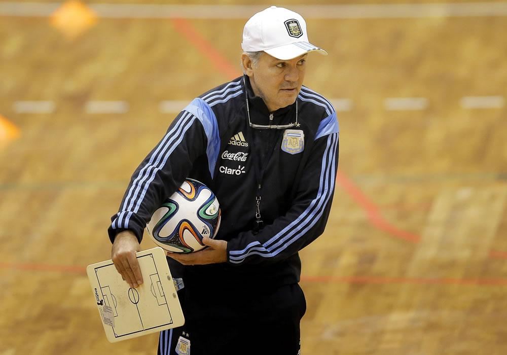 El DT de la selección argentina de fútbol, Alejandro Sabella durante el entrenamiento del equipo en el pabellón deportivo de Polivalenta de Bucarest, Rumanía. Foto: EFE