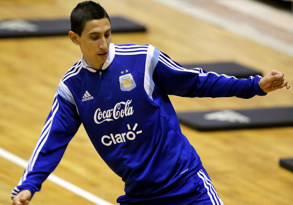 El centrocampista de la selección argentina de fútbol Ángel Di María durante el entrenamiento del equipo en el pabellón deportivo de Polivalenta de Bucarest. Foto: EFE