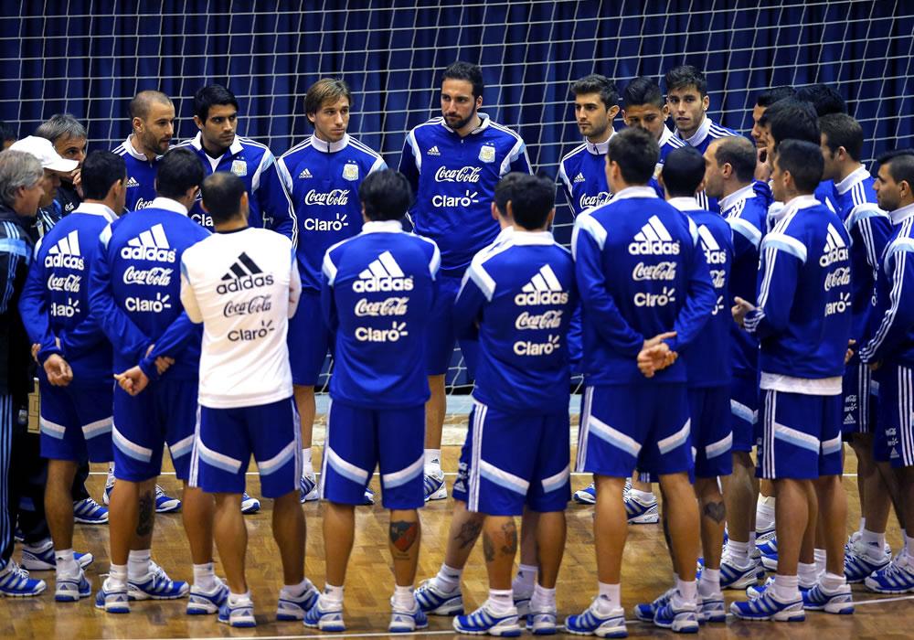 Los jugadores de la selección argentina de fútbol durante el entrenamiento del equipo en el pabellón deportivo de Polivalenta de Bucarest, Rumanía. Foto: EFE