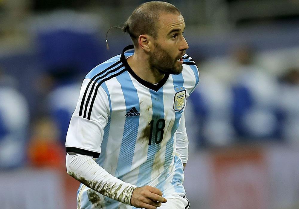 Rodrigo Palacio de Argentina es visto en acción durante un partido amistoso. Foto: EFE