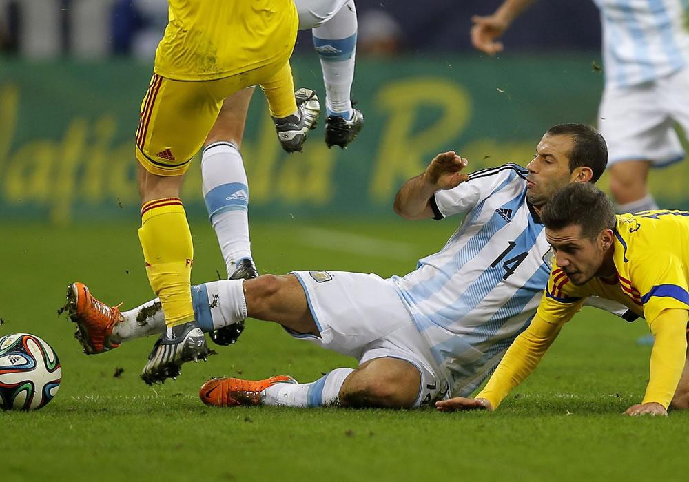 Javier Mascherano (c) de Argentina en acción ante Alexandru Chipciu (d) de Rumania durante un partido amistoso. Foto: EFE