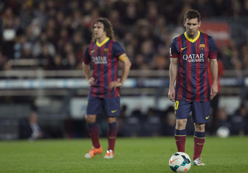 El argentino del FC Barcelona, Leo Messi (d),  junto a su compañero Carles Puyol. EFE