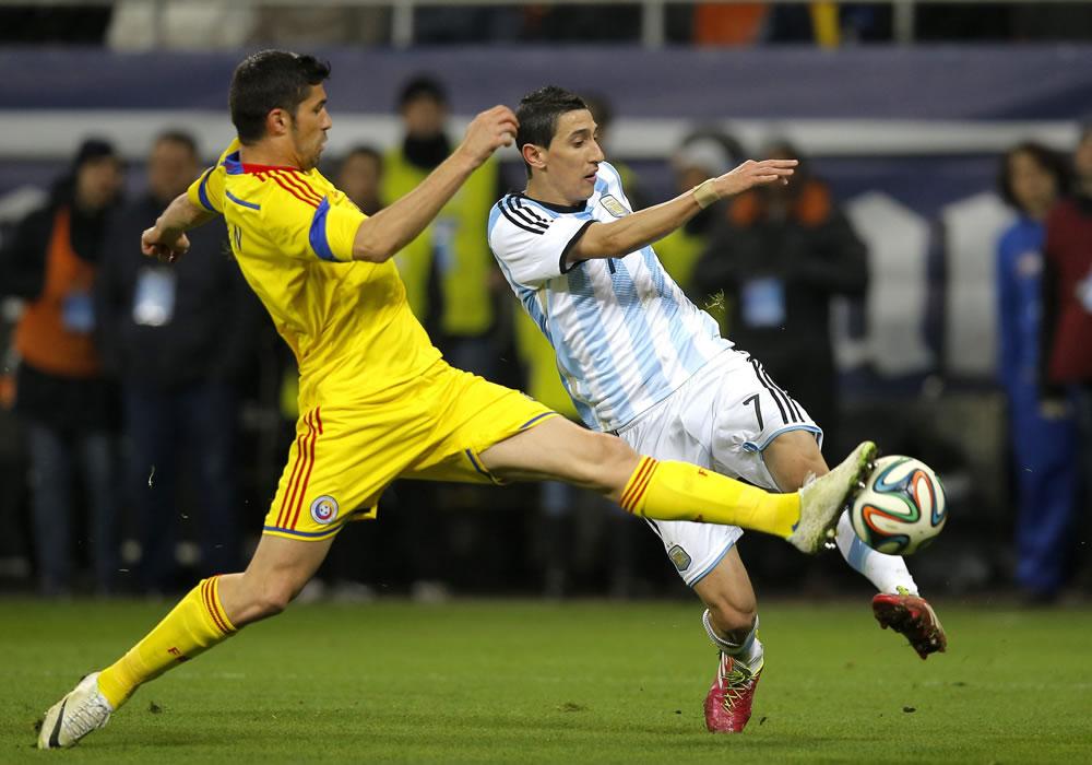 Ángel Di Maria (d) de Argentina en acción ante Srdjan Luchin (i) de Rumania durante un partido amistoso. Foto: EFE