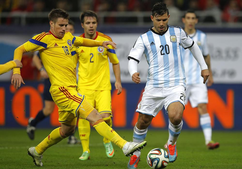 Sergio Aguero (d) de Argentina en acción ante Mihai Pintilii (L) and Alexandru Matel (c) de Rumania. Foto: EFE