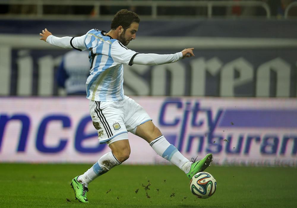 Gonzalo Higuain de Argentina en acción ante Rumania durante un partido amistoso. Foto: EFE