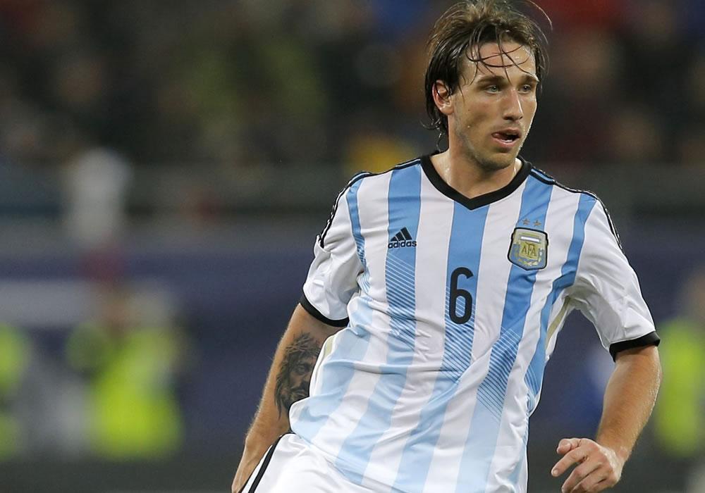 Lucas Biglia de Argentina es visto en acción durante un partido amistoso. Foto: EFE