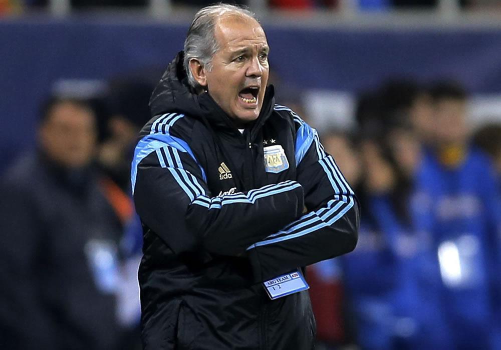 El entrenador de la selección argentina, Alejandro Sabella da instrucciones a sus jugadores ante Rumanía. Foto: EFE