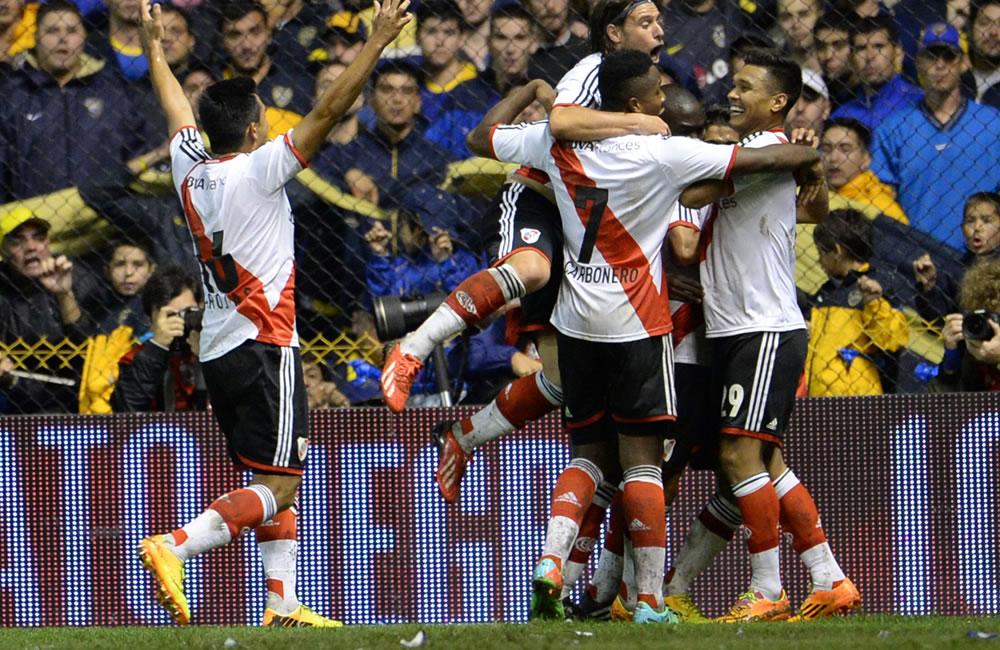 Jugadores de River Plate festejan un gol ante Boca Juniors. EFE