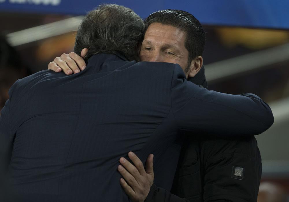 """El entrenador del Atlético de Madrid, el argentino Diego Simeone (d), abraza al del FC Barcelona, Gerardo """"Tata"""" Martino. Foto: EFE"""