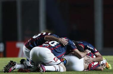 Jugadores de San Lorenzo celebran después de anotar un gol ante Botafogo. EFE