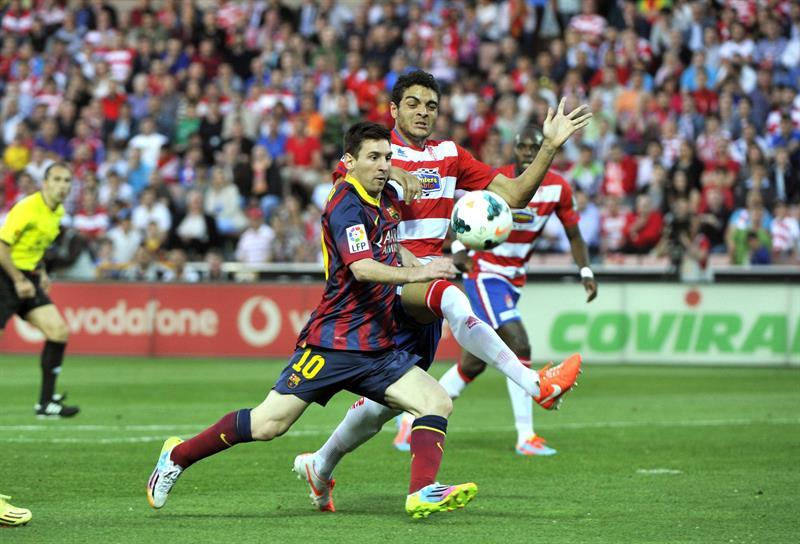 El defensa portugués del Levante Ilori (d) pelea un balón con el argentino Leo Messi, del FC Barcelona. Foto: EFE