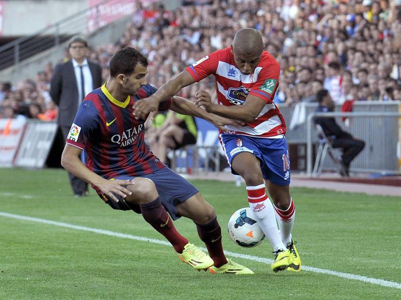 El delantero argelino del Granada Brahimi (d) trata de escapar de Montoya, del FC Barcelona. Foto: EFE