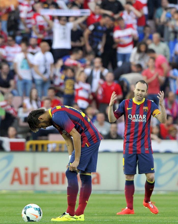 Los jugadores del FC Barcelona Neymar jr. (i) y Andrés Iniesta (d) tras encajar el gol del Granada. Foto: EFE