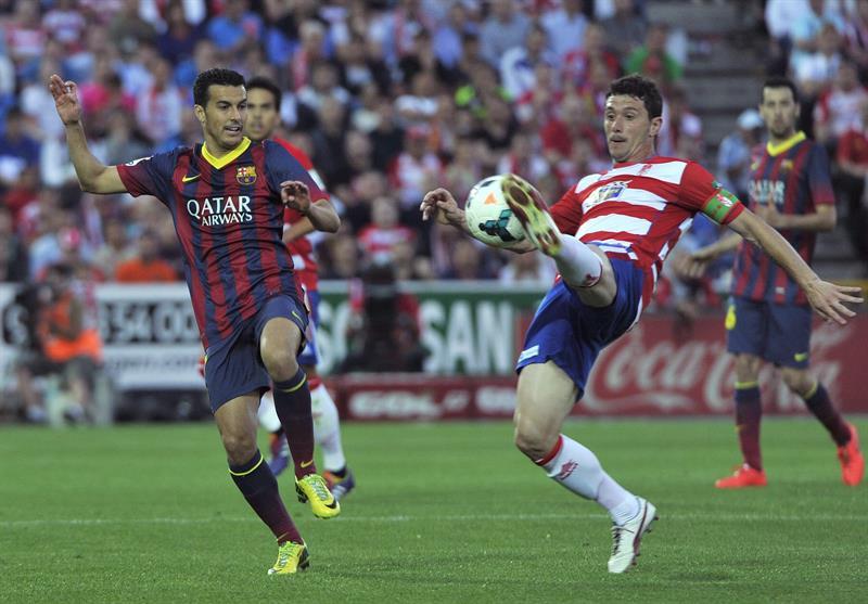 El jugador del Almeria Piti,d, y Pedro,iz., del FC Barcelona. Foto: EFE