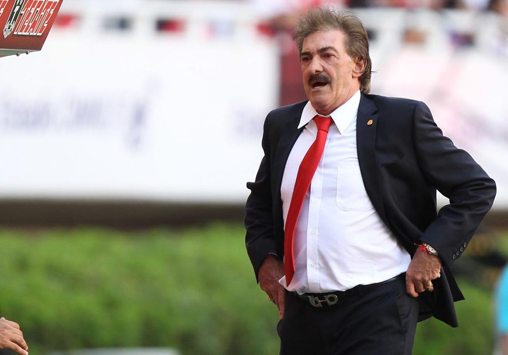 El nuevo director técnico de Chivas del Guadalajara, Ricardo Antonio la Volpe, dirige a su equipo ante Morelia. Foto: EFE