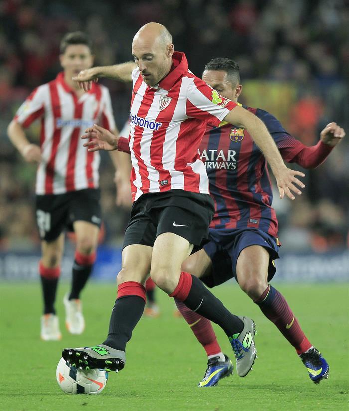 El defensa brasileño del FC Barcelona, Adriano Correia (detrás), lucha el balón con Gaizka. Foto: EFE