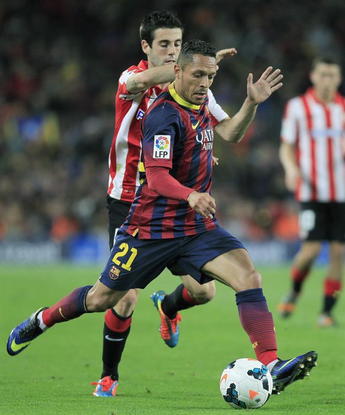 El defensa brasileño del FC Barcelona, Adriano Correia (d), intenta centrar. Foto: EFE