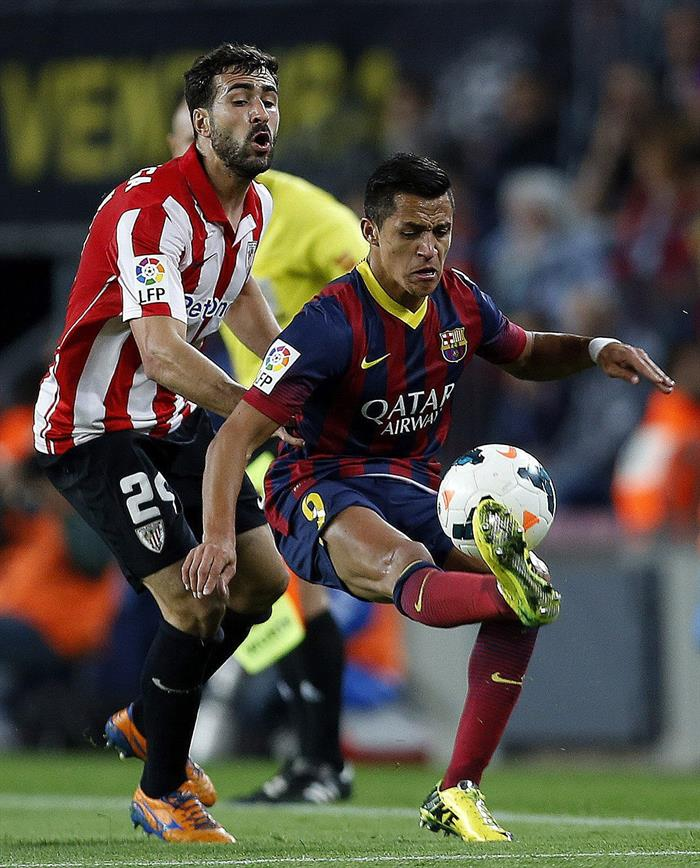 El delantero chileno del FC Barcelona, Alexis Sánchez (d), intenta controlar el balón. Foto: EFE