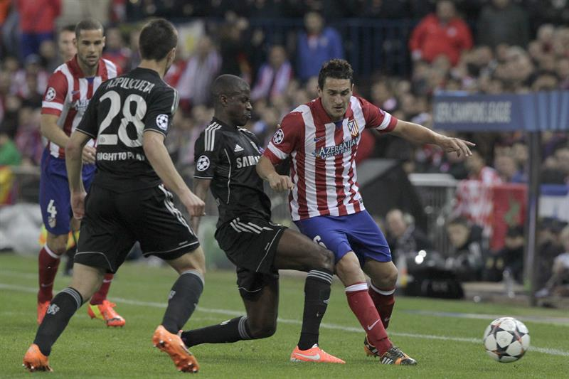 El centrocampista del Atlético de Madrid Koke (d) pelea un balón con el brasileño Ramires (2-d), del Chelsea. Foto: EFE