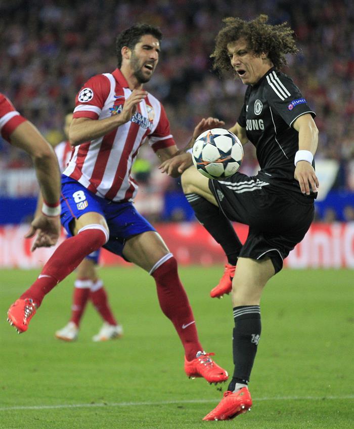 El centrocampista del Atlético de Madrid, Raúl García (i), disputa el balón con el brasileño David Luiz (d). Foto: EFE