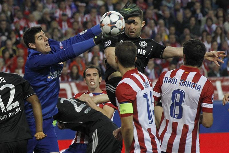 El portero belga del Atlético de Madrid, Thibaut Courtois (i) intenta despejar rodeado de rivales del Chelsea. Foto: EFE