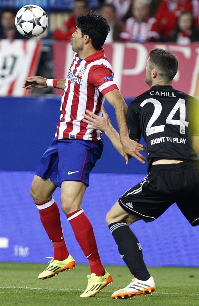 El delantero del Atlético de Madrid Diego Costa (i) pelea un balón con el defensa del Chelsea Gary Cahill. Foto: EFE