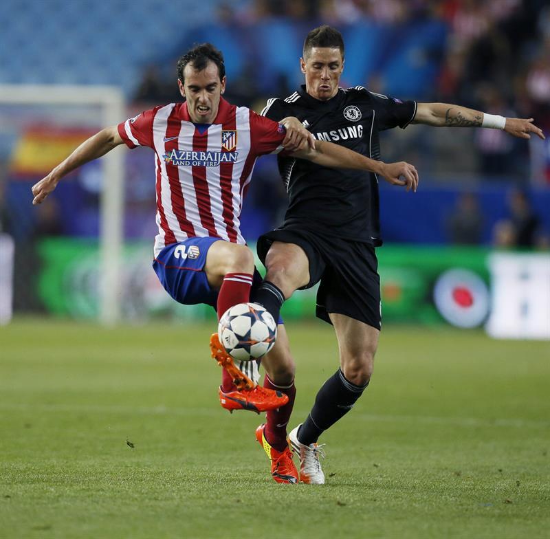 El defensa uruguayo del Atlético de Madrid Diego Godín (i) pelea un balón con el delantero español del Chelsea, Fernando Torres. Foto: EFE