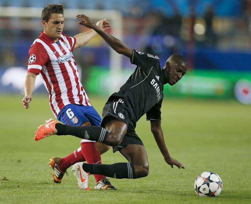 """El centrocampista del Atlético de Madrid """"Koke"""" Resurrección (i) pelea un balón con el centrocampista brasileño del Chelsea, Ramires do Nascimento. Foto: EFE"""