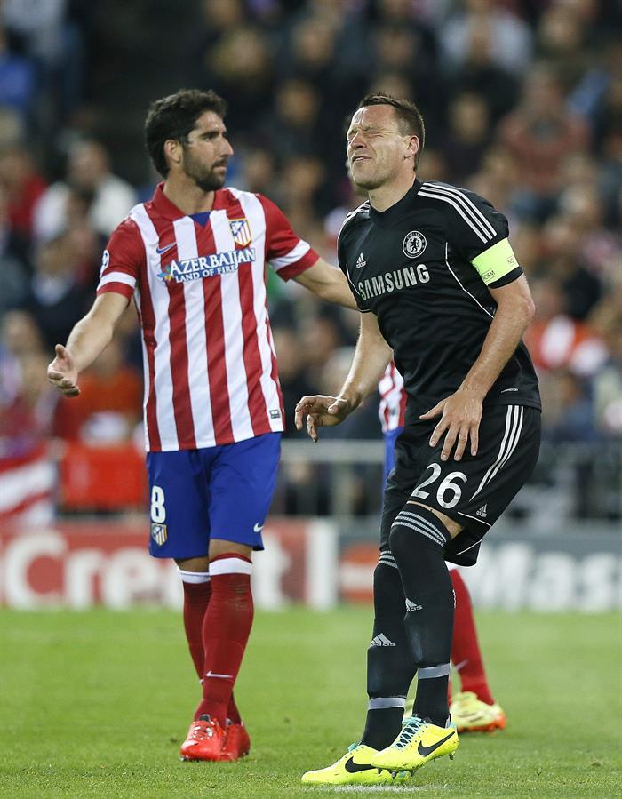 El defensa del Chelsea John Terry (d) se duele, ante el centrocampista del Atlético de Madrid Raúl García. Foto: EFE