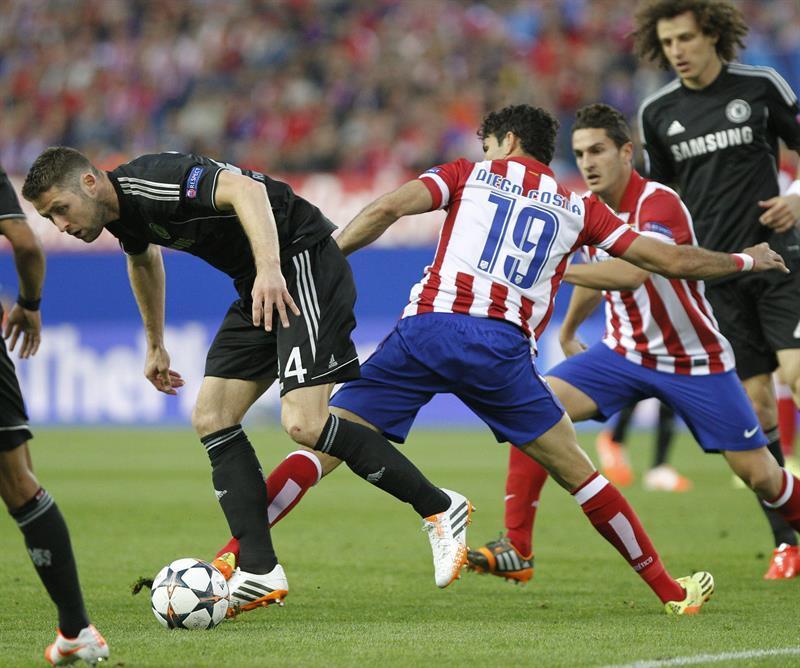 El delantero del Atlético de Madrid, Diego Costa (d), intenta arrebatar el balón al defensa del Chelsea, Gary Cahill (i). Foto: EFE