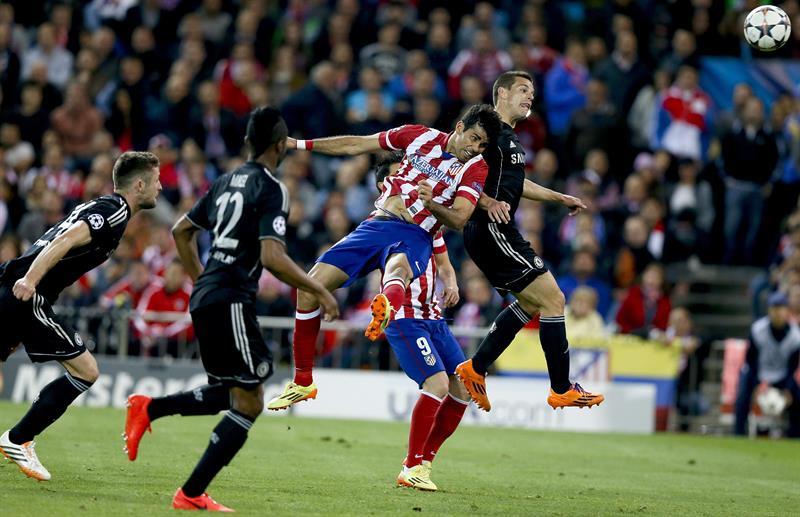 El delantero del Atlético de Madrid Diego Costa (2-d) remata entre varios jugadores del Chelsea. Foto: EFE