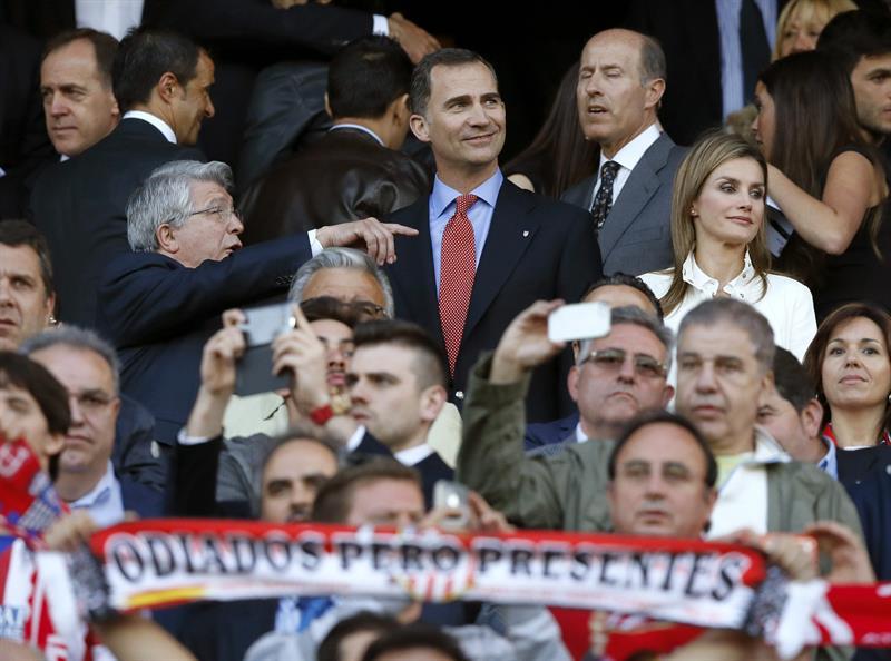 Los Príncipes de Asturias, junto al presidente del Atlético de Madrid, Enrique Cerezo (i), presencian desde el palco del Vicente Calderón. Foto: EFE