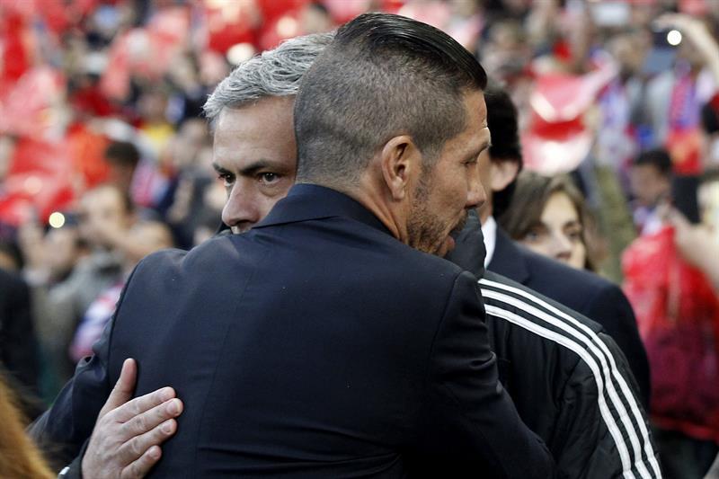 El entrenador del Chelsea, José Mourinho (i), saluda al entrenador del Atlético Madrid, Diego Simeone. Foto: EFE