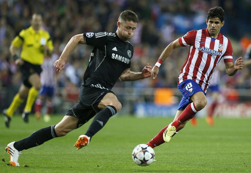 El delantero del Atlético Madrid, Diego Costa (d), persigue al defensa del Chelsea, Gary Cahill (i). Foto: EFE