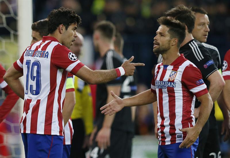 Los jugadores del Atlético Madrid, Diego Costa (i) y Diego Ribas, conversan durante el partido de ida de semifinales de la Liga de Campeones. Foto: EFE