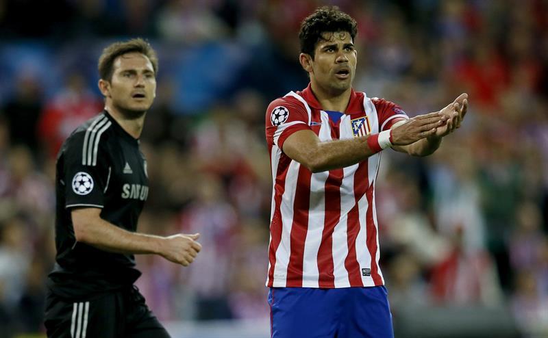 El delantero del Atlético Madrid, Diego Costa (d), pide al árbitro que señale una mano ante el centrocampista del Chelsea Frank Lampard. Foto: EFE