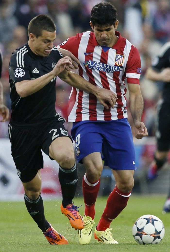 El delantero brasileño del Atlético de Madrid, Diego Costa (d), controla la pelota ante el defensa del Chelsea, César Azpilicueta (i). Foto: EFE